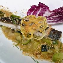 【夏メニュー】鮮魚のグリル グリーントマトとズッキーニのソース