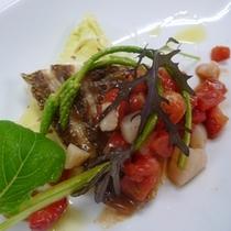 鮮魚のグリル一例 ( 苺、フルーツトマトと帆立貝のソース)