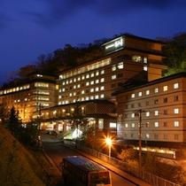 外観【夜】石水亭は辛夷館、銀杏館、桜館からなり、2つの大浴場で湯めぐりができます