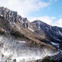 大浴場からは峻険な冬の峡谷を一望できます