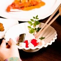 新鮮な食材たちが丁寧に盛り付けられた料理は箸をつけるのをためらってしまう美しさ。