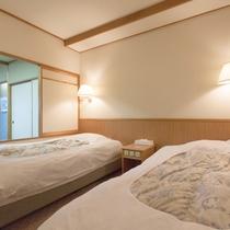 【センターウイング館 和洋室44平米】洋室は扉と小窓で和室と仕切れます。