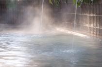 【温泉露天風呂】日差しが入り、爽やかな風が心地いい