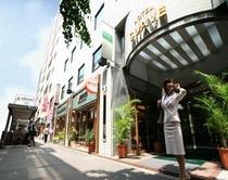 ホテル玄関と池尻大橋駅北口