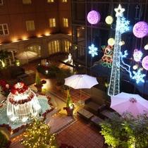 パティオdeクリスマス●赤いポインセチアで彩られた噴水と、イルミネーションツリー♪
