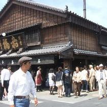 おはらい町 赤福本店では、赤福の朔日餅(ついたちもち)を買うために夜中から行列ができています。