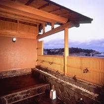 【露天風呂・温泉】打ち寄せる波音が聞こえる露天風呂。男女共あります。