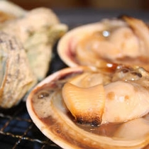 目の前で焼きながら味わえる魚介類は最高の味!