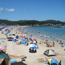 夏休みには海水浴のお客様で賑わいます。当館なら水着のまま海へ行けるから超便利!