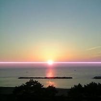 海側のお部屋からの朝日です。早起きにチャレンジしてお部屋から日の出を見よう!季節により、昇る方向が変