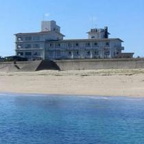 千鳥ヶ浜からみる当館です。