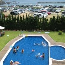 当館の海側のお部屋から見える千鳥ヶ浜海水浴場と宿泊者様専用のプール。