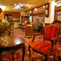 *【喫茶古都】アンティークな雑貨や家具が飾られた落ち着いた空間です