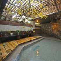 *【女湯:露天風呂】開放感のある広々とした露天風呂です。