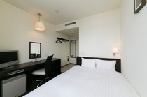 ダブルルーム 白を基調とした清潔感ある室内