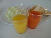 100%のオレンジジュース&野菜ジュース。