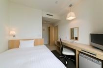 シングルルーム 白を基調とした清潔感ある室内