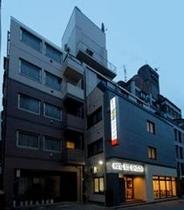 新ホテル全景夜