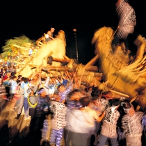 【夏】送り盆まつり 横手市8月15・16日開催。先祖を供養する夏の伝統行事。屋形舟のぶつけ合いが見物