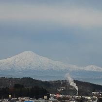 【景色 鳥海山側】晴れた日にはお部屋から雄大な鳥海山や四季の景色を眺望することができます。