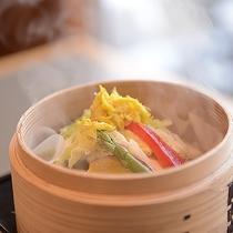【露天客室用 朝食】新鮮な地産野菜をセイロ蒸しにして温野菜に。体も温まり一日元気に♪
