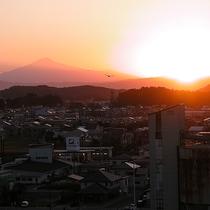 【景色 鳥海山側】夕暮れ時の鳥海山もまた美しい風景です。「時間を忘れる」時間を与えてくれる景色です。