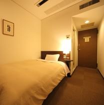 シングルルーム セミダブルベッド1台設置で最大2名様までOK  ※ベッド追加不可