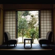 離れにある「半露天風呂付客室」です。お風呂とのどかな景色を独り占め♪