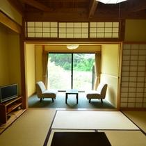 *半露天風呂付き客室。窓の外にはのどかな眺めが広がっています。