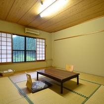 *本館和室(8畳)窓の外には、田園風景が広がります。