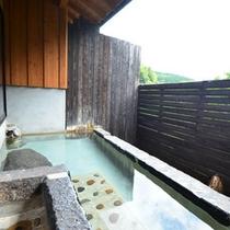 *露天風呂は横に長い浴槽。腰かけてのんびりと湯浴みを愉しめます。
