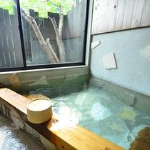 *半露天風呂付き客室のお風呂。窓を開けて、風を感じながらの湯浴みも気持ちいい♪