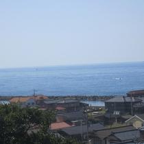 *402号線に続く坂道からの海を撮影