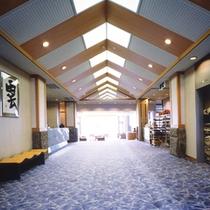 *館内/ロビーを進むと目の前に日本海の景色が広がります