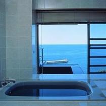 部屋付展望風呂/特別室のバスルームからも、日本海が見えます!