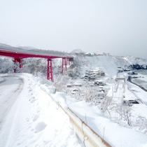 *白く雪化粧をした冬景色/日本で一番海に近い駅「青海川駅」と「米山大橋」