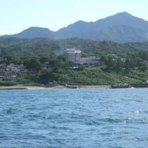 *外観/海と山の豊かな自然に囲まれた当館