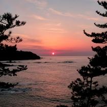 *美しく沈む夕日/日本海に沈む夕日を眺めるロマンティックなひと時