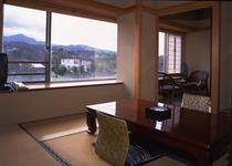 真砂/霊峰・米山側のお部屋。西向きの窓からは日本海をご覧いただけます。