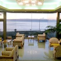 *館内/ロビー。海の向こうに佐渡島が見えます