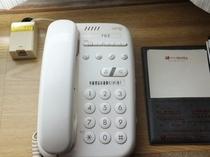 電話機。フロントへご用の際は『22』番へ。