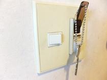 お部屋内入口横の壁にありますので、キー(タブレット)を差し込んでください。