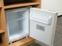 冷蔵庫。デスクの下にございます。スイッチを入れてお使いください。
