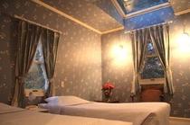 壁紙とカーテンがコーディネートされた天窓付のお部屋