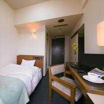 【セミダブルルーム】寝心地のよいベッドでぐっすり。(有線・無線LAN両方対応)