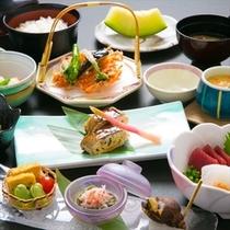 【地元の素材を楽しむ夕食】駿河湾直送のお魚や地元野菜を真心込めておもてなし。