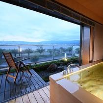 ◇【満天manten】本館3階特別室。展望風呂からの夕刻の景色