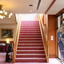 ◆館内の様子。階段もありますが、ほとんどの客室はエレベーターでアクセスできます