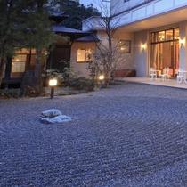 ◇中庭では日本庭園を味わって頂ける趣向に。