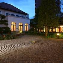 ◇【外観】中庭、夜の様子